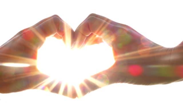 hjärta form gjord av händer, solen strålar, ljusstyrka, kärlek - hjärtform bildbanksvideor och videomaterial från bakom kulisserna
