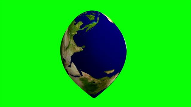 hjärtformade jorden med världskartan isolerad på grön bakgrund. 3d abstrakt illustration. delar av denna bild från nasa - recycling heart bildbanksvideor och videomaterial från bakom kulisserna