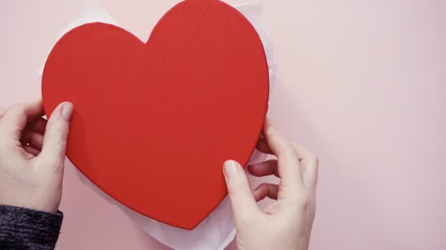 biscotti di zucchero a forma di cuore in confezione regalo - dolci video stock e b–roll
