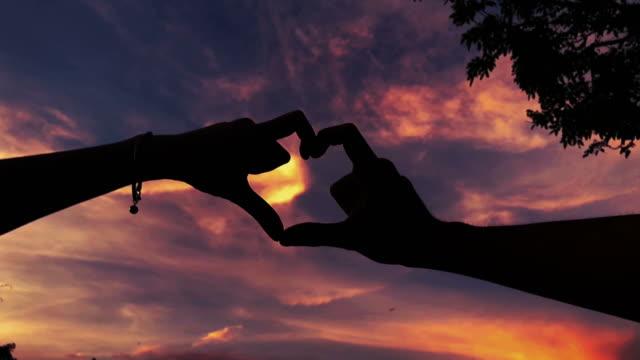 heart sign by couple lover - gestykulować filmów i materiałów b-roll