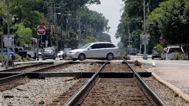 vidéos et rushes de augmentation de la chaleur des voies ferrées avec le trafic - canicule