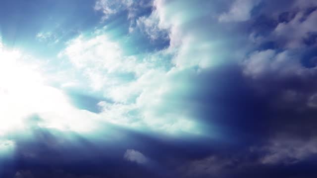 heavenly nuvole e raggi solari - 20 o più secondi video stock e b–roll