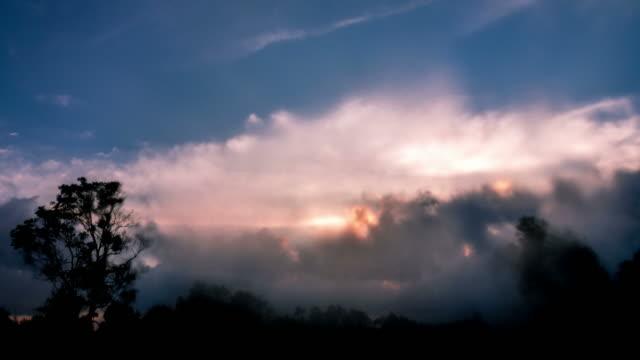 雲サンレイズ heavenly bed (ヘブンリーベッド)、 - 層積雲点の映像素材/bロール