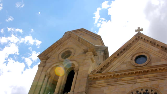 bir katolik katedrali arkasında ilahi ışık parlar - fransa kralı i. fransuva stok videoları ve detay görüntü çekimi