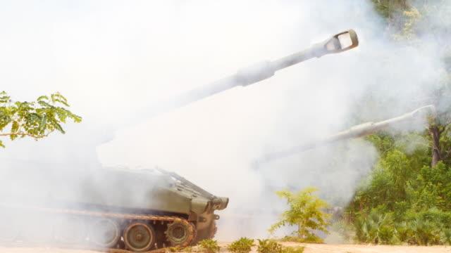 ağır topçu atışı. zırhlı tank - mountain top stok videoları ve detay görüntü çekimi