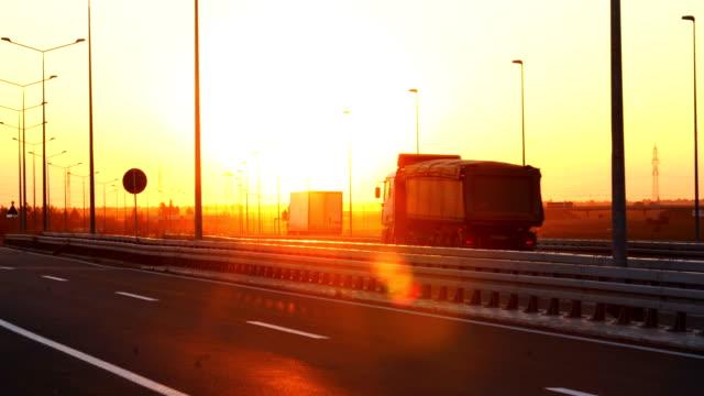 heavy cargo on the road - колонна стоковые видео и кадры b-roll