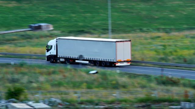 vídeos y material grabado en eventos de stock de transporte de carga pesada en la carretera - material de construcción