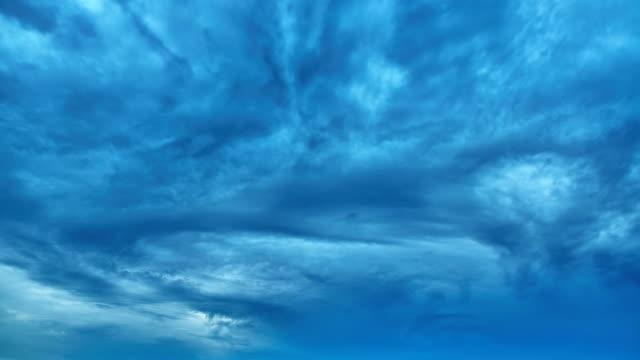 vídeos de stock e filmes b-roll de pesadas nuvens - weatherman
