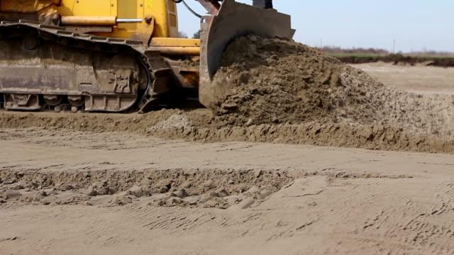 stockvideo's en b-roll-footage met zware eertmans, bulldozer machine is nivellering bouwplaats - shovel