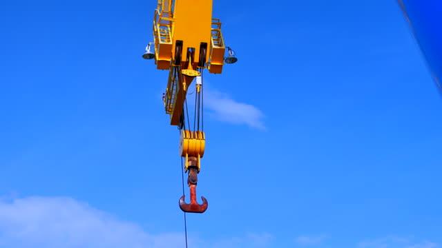 vídeos y material grabado en eventos de stock de equipo de gancho de grúa de construcción industrial pesada - grúa