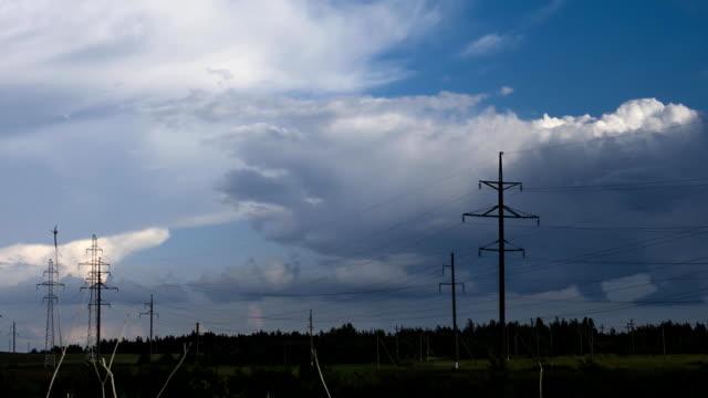 重い雨雲の前に a 嵐低速度撮影で電力線の前景 - 気象学点の映像素材/bロール
