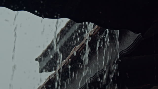 heavy rain on roof - pioggia torrenziale video stock e b–roll