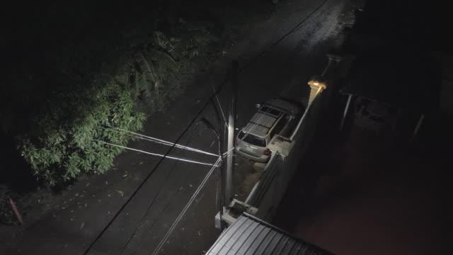 kraftiga regn av gatan ljus under natten. - stationär bildbanksvideor och videomaterial från bakom kulisserna