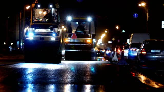schwere straßenmaschinen. nachtdampfarbeit - asphalt stock-videos und b-roll-filmmaterial