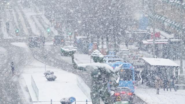 tung snö på göteborgs avenyn i slow motion - djupsnö bildbanksvideor och videomaterial från bakom kulisserna