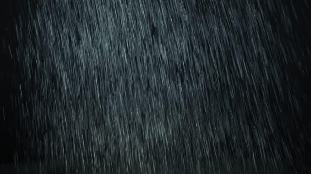 forte pioggia verticale che cade davanti alla telecamera. - pioggia torrenziale video stock e b–roll