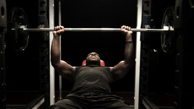 vídeos y material grabado en eventos de stock de levantamiento de peso pesado - entrenamiento con pesas