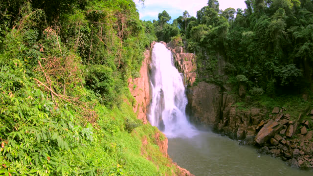heaw narok waterfall - attività equestre ricreativa video stock e b–roll