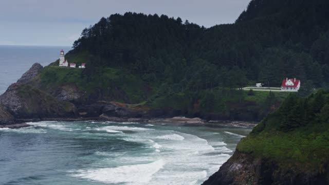vídeos y material grabado en eventos de stock de heceta head lighthouse and beach en la costa de oregón - drone shot - terreno extremo