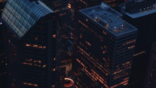 ヘリコプター角度飛んで上空高層ビル建物 ビデオ
