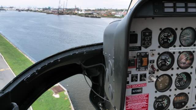 ニューヨーク市でヘリコプター コックピット ビュー飛行島 - ヘリコプター点の映像素材/bロール
