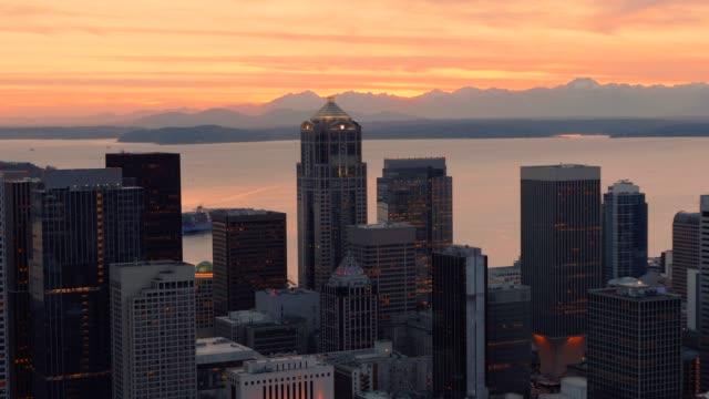 ヘリコプター撮影シアトルのスカイラインと山夕日を背景 ビデオ