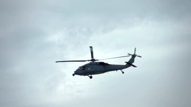 本当のスローモーションのヘリコプター飛行 - ヘリコプター点の映像素材/bロール