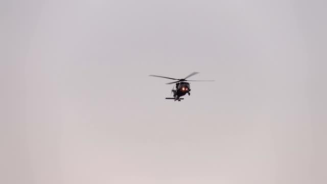 vídeos de stock e filmes b-roll de helicopter flight in real slow motion - helicóptero