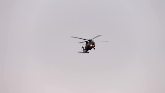 スローモーションでヘリコプター飛行 - ヘリコプター点の映像素材/bロール