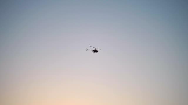 vídeos de stock e filmes b-roll de helicopter flight in slow motion - helicóptero