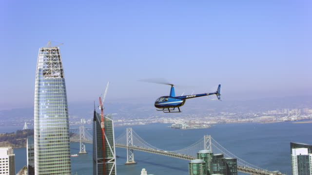 aerial helicopter flying above the skyscrapers in san francisco - helikopter filmów i materiałów b-roll
