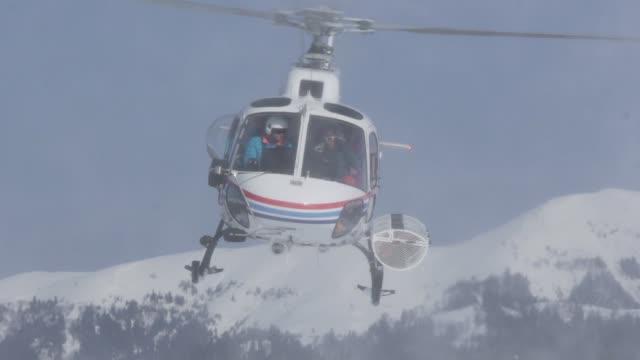 山の上でヘリコプター飛行スキーヤー - ヘリコプター点の映像素材/bロール