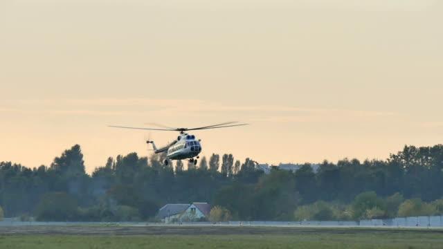 hubschrauber geht auf landung - gefreiter stock-videos und b-roll-filmmaterial