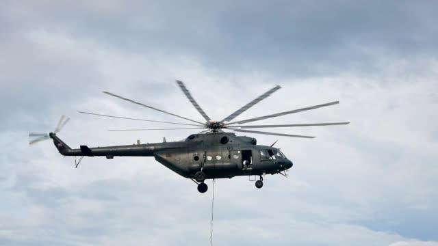 飛行中のヘリコプターします。 - ヘリコプター点の映像素材/bロール