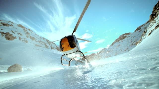 slo mo ld ヘリコプター着陸氷の表面の山 - ヘリコプター点の映像素材/bロール