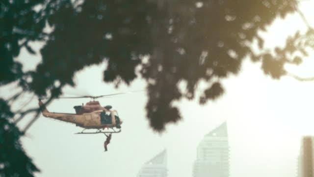 vídeos de stock, filmes e b-roll de helicóptero de resgate / extração em uma zona de guerra urbana - domínio