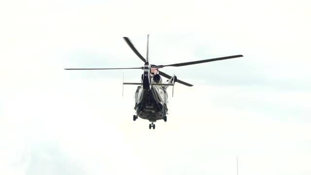 vídeos de stock e filmes b-roll de helicopter taking off - helicóptero