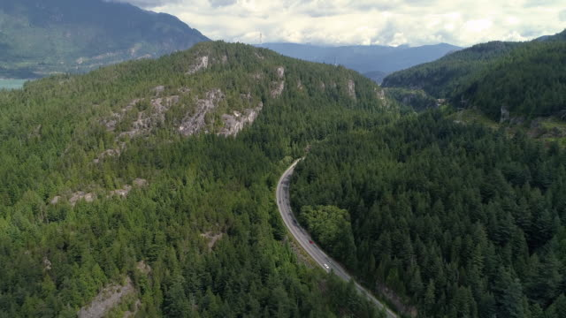 helikopterblick autos scenic highway in dicken grünen wald berge - vancouver kanada stock-videos und b-roll-filmmaterial