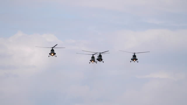 vídeos y material grabado en eventos de stock de mi8 helicópteros volando en el cielo en 4 k lenta 60fps - air force