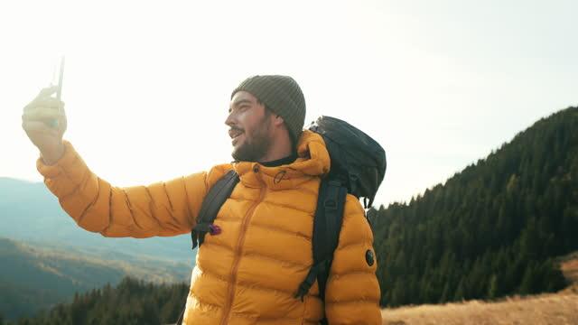 dağın tepesinden merhaba! - bakir yer stok videoları ve detay görüntü çekimi