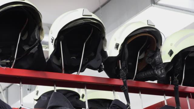 vídeos y material grabado en eventos de stock de cascos y chaquetas para la brigada de bomberos - brigada