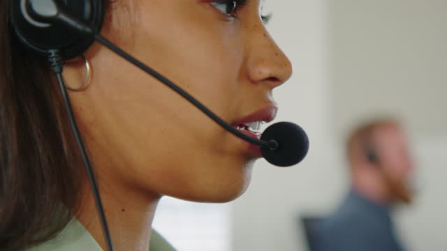vídeos de stock e filmes b-roll de help desk employee in close-up - bluetooth