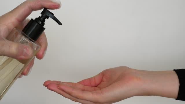説明保持健康,護士使用液體肥皂或洗手液 - {{asset.href}} 個影片檔及 b 捲影像
