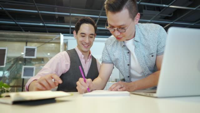経験豊富な同僚の助けの手 - プロジェクトマネージャー点の映像素材/bロール