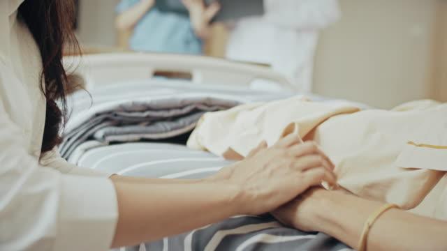 eine helfende hand, hand halten, helfen, unterstützung geben, ermutigung im krankenhaus - geduld stock-videos und b-roll-filmmaterial