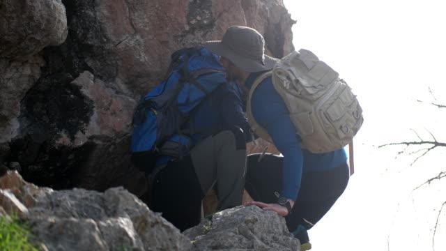 helping hikers - fiducia video stock e b–roll