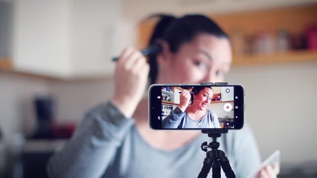 사람들을 돕는 것은 인터넷 블로그를 통해 비즈니스를 할 수 있는 좋은 방법입니다. - influencer 스톡 비디오 및 b-롤 화면