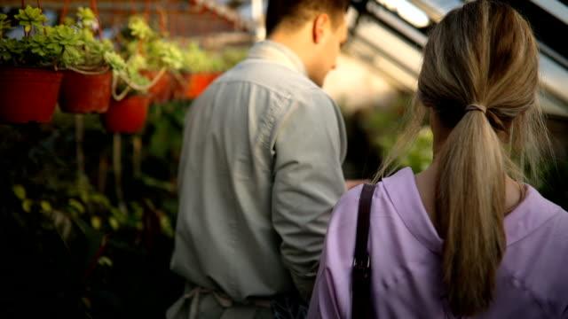 hjälp till kund i blomster affär - blomstermarknad bildbanksvideor och videomaterial från bakom kulisserna