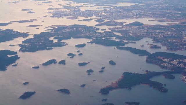 vídeos de stock e filmes b-roll de helsinki archipelago islands and sea aerial view from an airplane - arquipélago