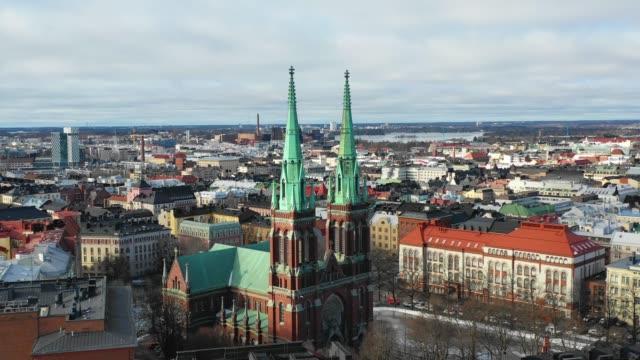 helsingfors, finland. flygtur med utsikt över staden och johannes kyrkan - drone helsinki bildbanksvideor och videomaterial från bakom kulisserna
